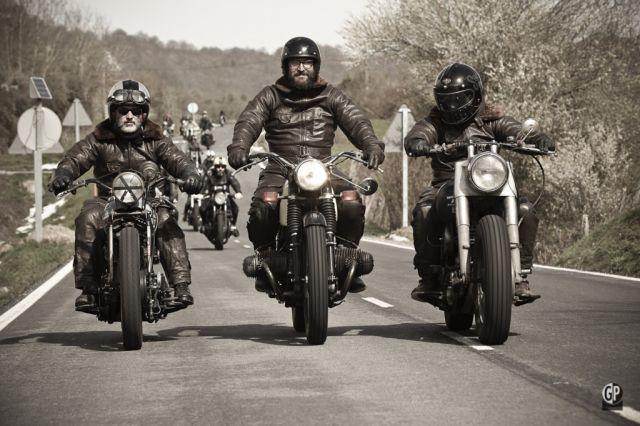 """Il motociclista """"perfetto""""? Uomo, manager e sposato"""